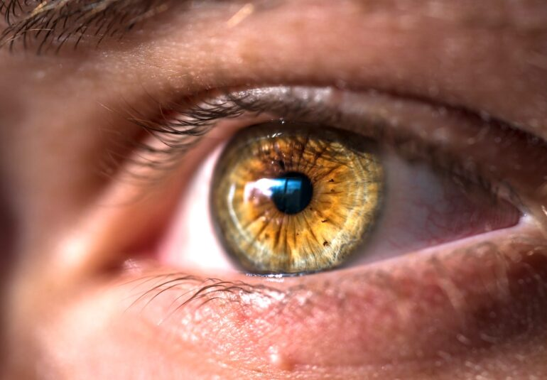 Vederea cade pe ochiul drept